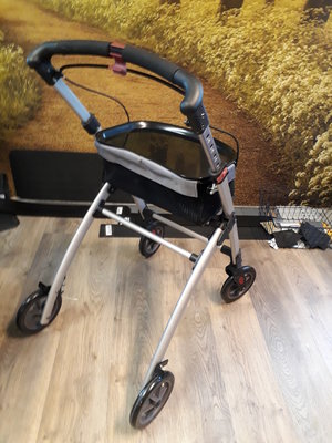 Track INDOOR Rollator 2e hands